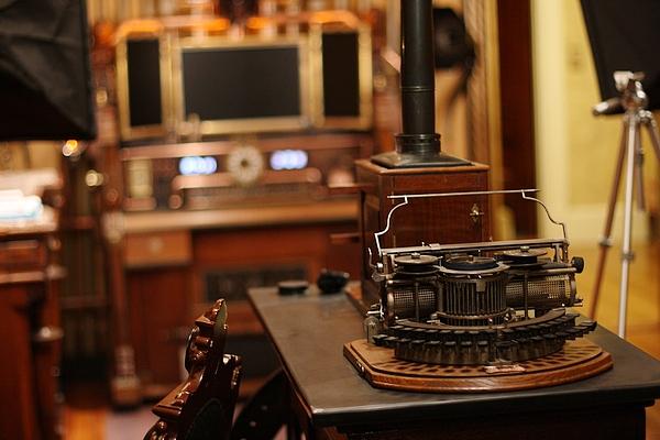 [http://steampunkworkshop.com/sites/default/files/images/Steampunk-organ-cockpit-desk%20(12).JPG]