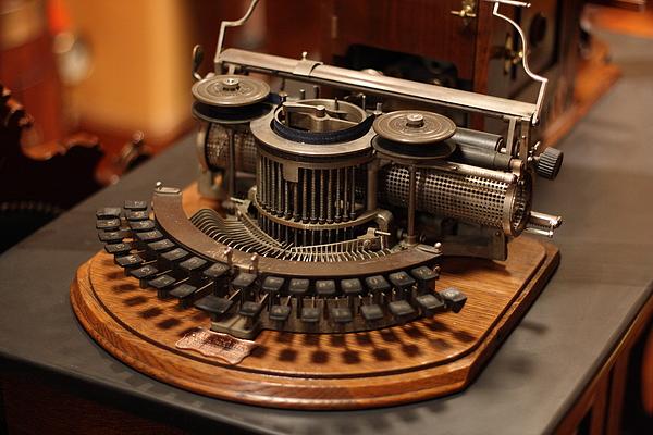 [http://steampunkworkshop.com/sites/default/files/images/Steampunk-organ-cockpit-desk%20(13).JPG]