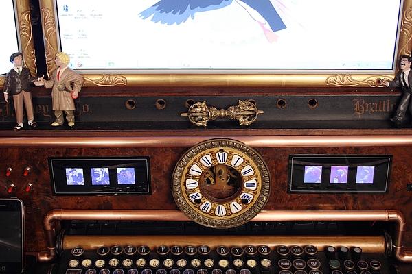 [http://steampunkworkshop.com/sites/default/files/images/Steampunk-organ-cockpit-desk%20(4).JPG]