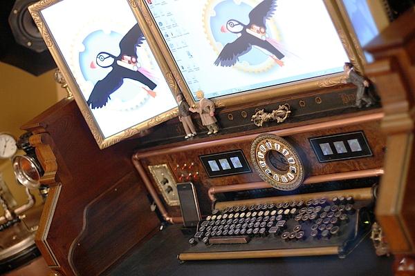 [http://steampunkworkshop.com/sites/default/files/images/Steampunk-organ-cockpit-desk%20(5).JPG]